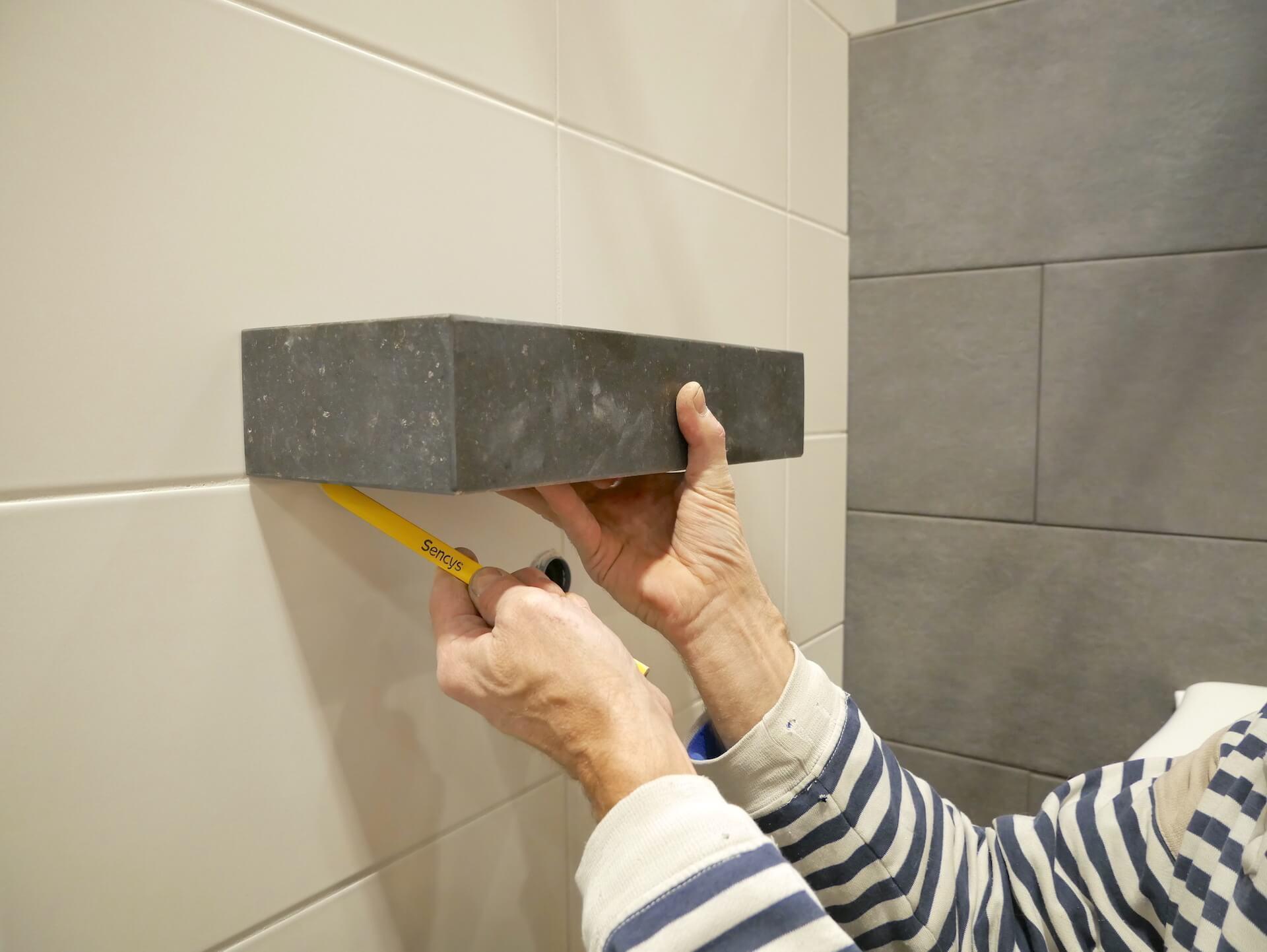 Toilet renoveren  Fonteinset en accessoires plaatsen 44