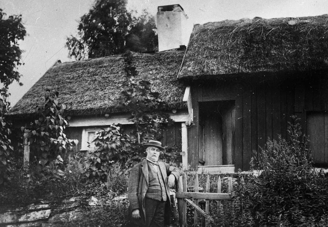 D60 Torp, 1920-talet, Sällstorp 2, Lilla Gunnels, Ahlgren framför ryggåsstugan, Sällstorp.