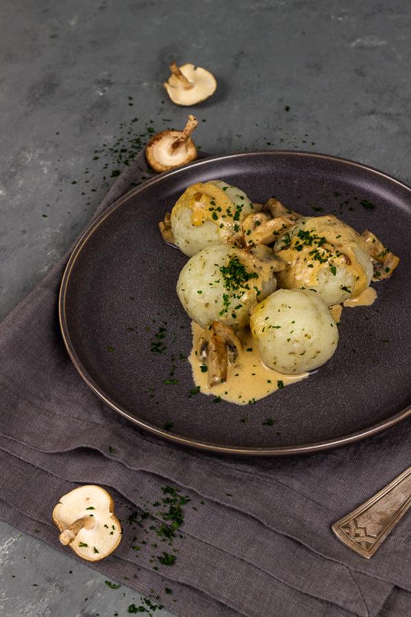 Vegan  Kartoffelklöße mit Majoran und einer cremigen Kräuter Pilzsoße. Eine gesunde Mahlzeit, die sich perfekt für ein schnelles und gesundes Abendessen eignet oder als köstliche Beilage zu Weihnachten oder anderen Feiertagen. vegan | vegetarisch | ölfrei | milchfrei | eifrei | glutenfrei