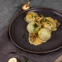 Vegane Kartoffelklöße mit Majoran und Pilzrahmsoße