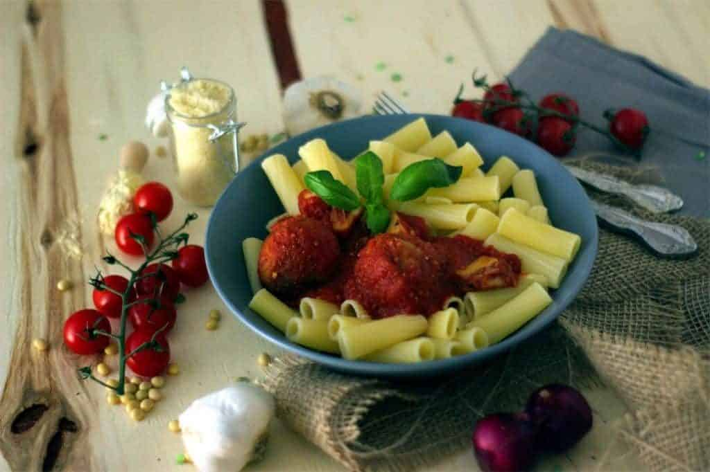 "[:de]Vegane Pasta mit Jackfrucht Gulasch und Parmesan ""Hackbällchen"" in einer herzhaften Tomatensoße[:en]Vegan Pasta with Parmesan Meatballs and Jackfruit Goulash in a Savory Tomato Sauce[:]"