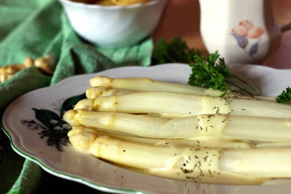 [:de]Hollandaise Soße mit Spargel[:en]Hollandaise Sauce with Asparagus[:]