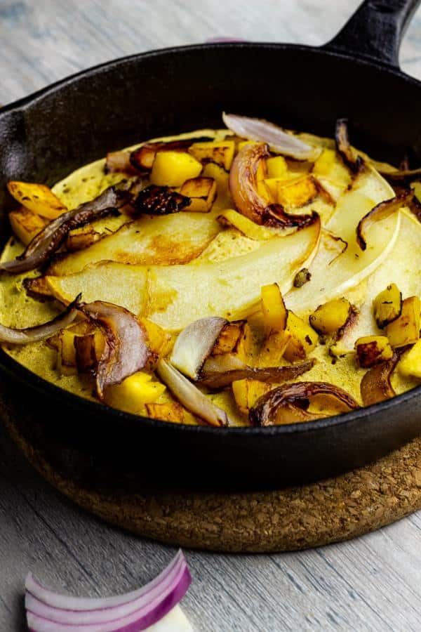 Veganes Kichererbsen Omelette mit Kürbis und Zwiebeln für ein gesunde Frühstücksidee (glutenfrei)