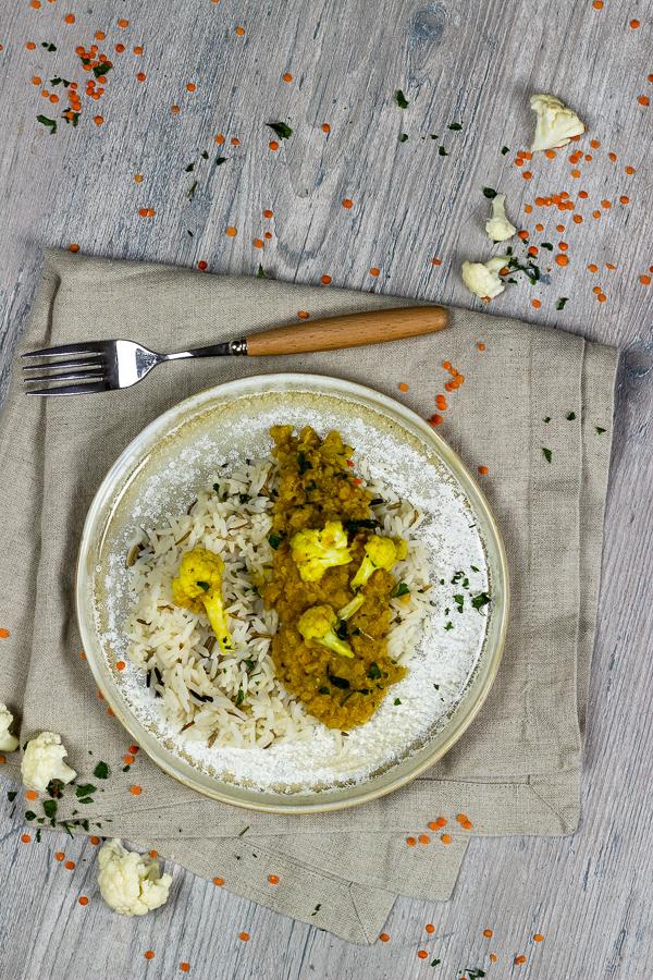 Veganes Rotes Linsen Dal ist ein Klassiker in der indischen Küche. Dieses herzhafte Dal ist voller Geschmack und mit Hilfe der Kokosmilch super cremig und eignet sich perfekt als schnelles Abendessen oder Meal Prep. Du kannst dieses vegane Linsen Dal mit Blumenkohl einfrieren und hast so immer etwas gesundes zur Hand. vegan | vollwertig | milchfrei | ölfrei | zuckerfrei | vegetarisch | sojafrei