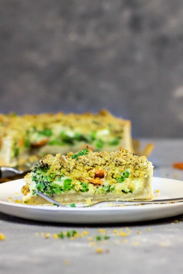 Vegane Garten-Gemüsee Quiche mit käsigen Streusel - mache diese ölfreie Quiche mit einer Mürbeteig-Kruste und einer pflanzlichen Cashew-Creme-Füllung und Gemüse nach Wunsch wie Brokkoli, Karotten, Zucchini getoppt mit leckeren, käsigen Nuss-Streusel. Dieses vegane Quiche Rezept ist perfekt für die Verwertung von Gemüseresten. vegan | ölfrei | zuckerfrei | milchfrei | lactosefrei | auf Pflanzenbasis | vegetarisch