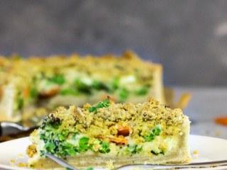 Vegane Garten- Gemüse Quiche mit käsigen Streusel