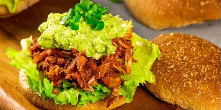 Veganer Pulled Ananas BBQ Jackfruit Burger - ein Veganes Rezept für BBQ Pulled Pork mit Ananas. Dieser Burger mit der erfrischenden Ananas ist ein schnelles Komfortessen. Serviert mit einem Beilagensalat und selbstgemachten Pommes runden den veganen Pulled Ananas BBQ Jackfruit Burger ab. Vegetarisch | Glutenfrei | Ölfrei | Zuckerfrei | Lactosefrei