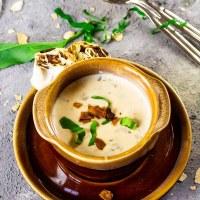 Cremige, vegane Bärlauchsuppe (Schnittknoblauch) mit Kokosspeck-Petersilie-Röllchen