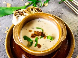 Creamy, vegan wild garlic soup (garlic chives) with coconut-bacon, parsley Pinwheels