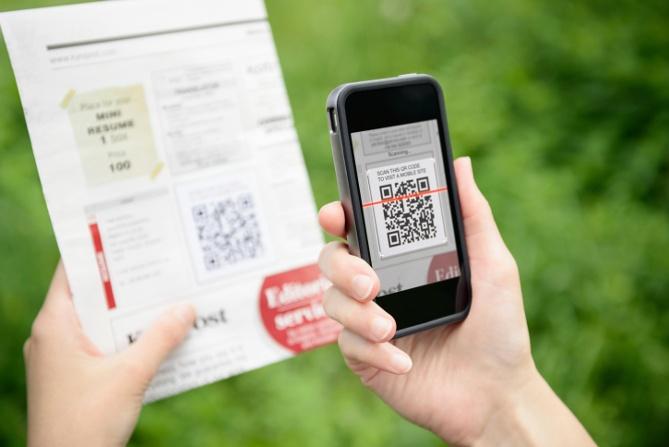 Persona escaneando el código QR con una aplicación móvil de escaneo