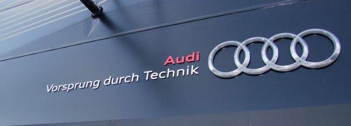"""El eslogan de Audi, dice Vorsprung durch technik, escrito en un escaparate negro """"width ="""" 690 """"height ="""" 249"""