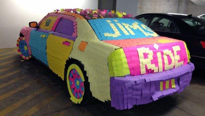 """Broma de oficina con notas adhesivas que cubren el auto de un compañero de trabajo """"width ="""" 669"""
