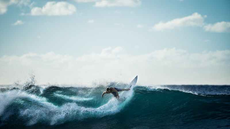 360-degree Surfing Experiences in Virtual Reality