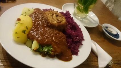 Nussbraten mit Rotkohl und Pilzsauce im Café Nasch, Hamburg