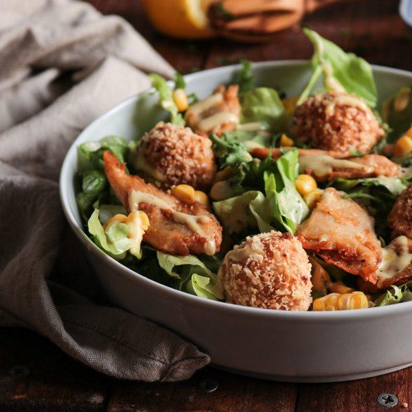 Χορτοφαγική σαλάτα του Καίσαρα με τυροκροκέτες και φιλετίνια κοτόπουλο