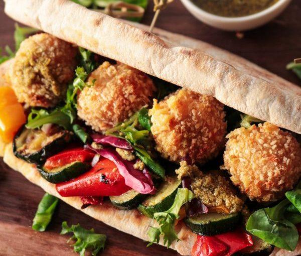 Σάντουιτς με τυροκροκέτες, λαχανικά και πέστο