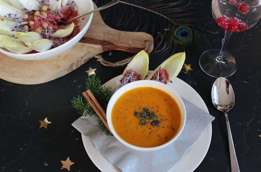 Kerstmenu witlof bloem en geroosterde paprika pompoen soep