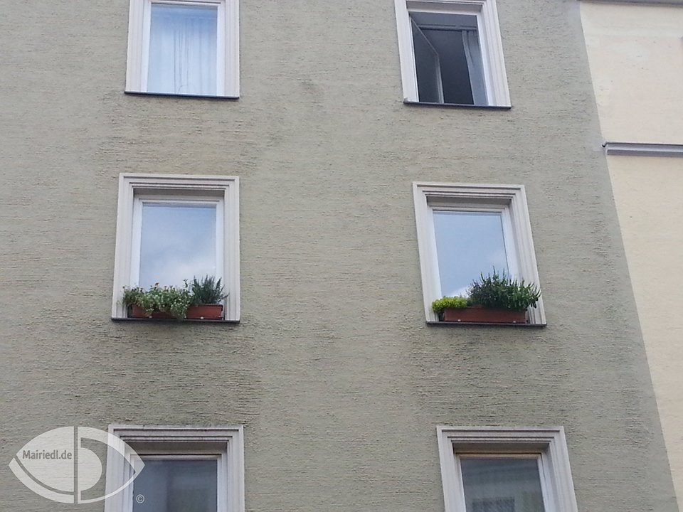 Blumenkasten am Fensterbrett anbringen