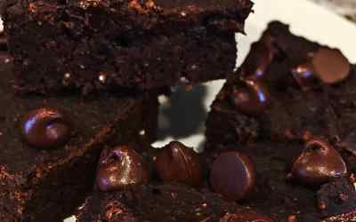 Easy Vegan Chocolate Bean Brownies (Oil Free with Dates)