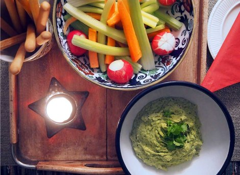 spinach and chickpea hummus + crudités + breadsticks