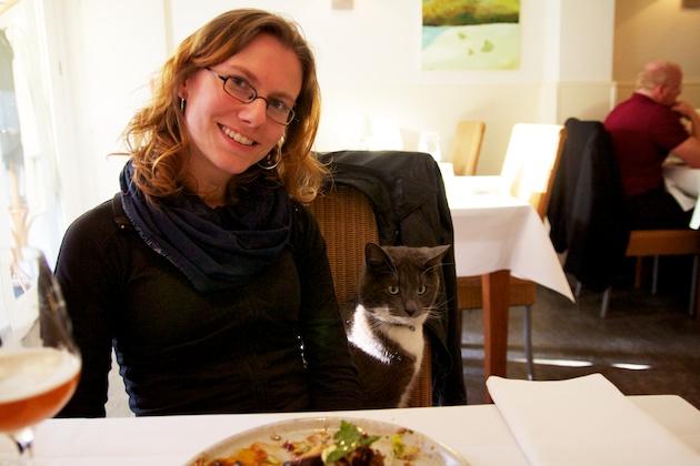 vegetarisch restaurant Betty's, de huiskat en Elke Aerts
