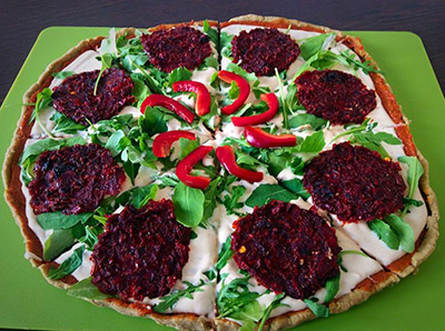 nyers vegán szalámis pizza