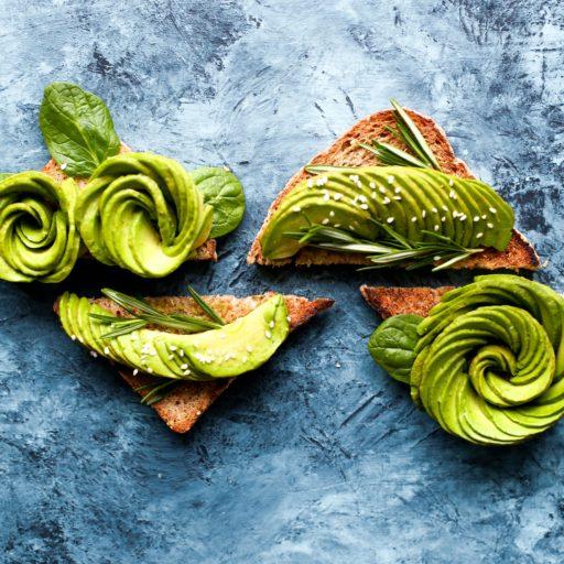 Anledningar att bli vegan - Vegansk mat. Foto på avocadosmörgåsar