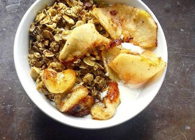 skål med vegansk yoghurt och äppelskivor och rostat havre