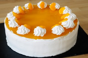 sommerlich vegane k sesahne torte mit mandarinen herr johann. Black Bedroom Furniture Sets. Home Design Ideas