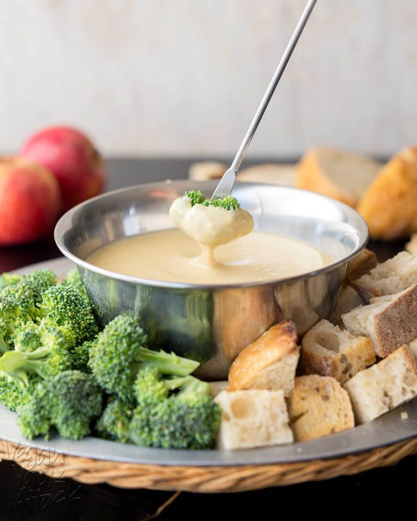 White bean beer fondue makes for a fun appetizer to be shared among friends, whether for a dinner party or a game night! This creamy, low-fat, fondue is a delicious crowd-pleaser, especially with its beer-tinged aroma. #veganbowlattack #vegan #soyfree #dairyfree #appetizer
