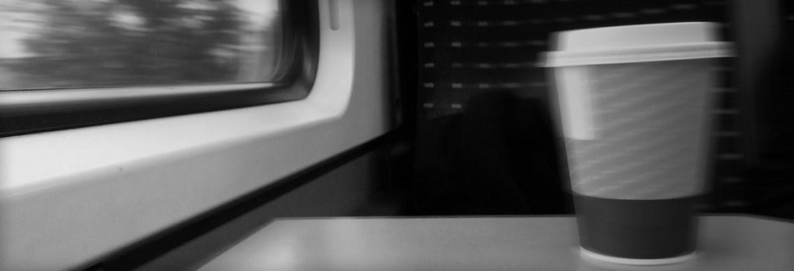 coffee-to-go. Arbeit im Zug. Da bleibt doch was auf der Strecke.