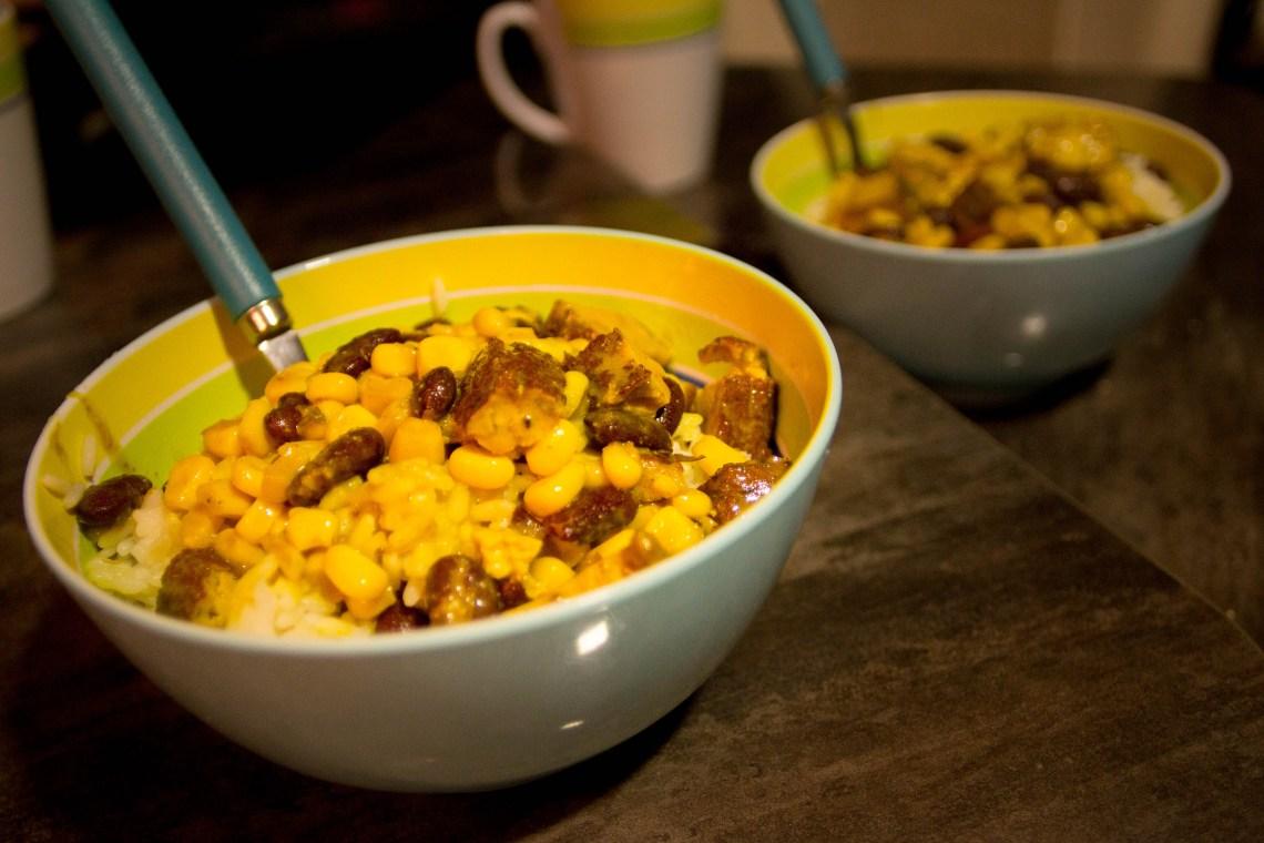 Leckerer Curry-Reis mit Mais, Bohnen und dem köstlichen Black Forest Tofu