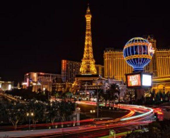Eiffel Tower Las Vegas lit up at Night-free things to do at night in vegas