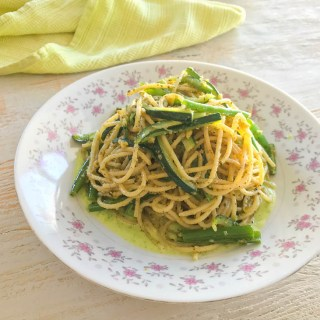 Spaghettoni with green vegetables and vegan cacio e pepe sauce