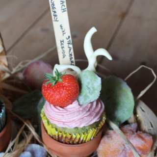 Spinach Cupcakes with Strawberry Buttercream | Veggie Desserts Blog