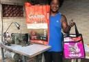 Carioca faz bolsas de sacos de ração e usa para alimentar animais abandonados