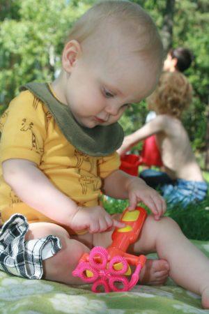 Barn leker med en såpbullehållare
