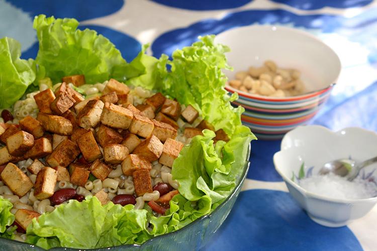 Skäll med sallad, till höger två mindre skålar med cashewnötter och flingsalt