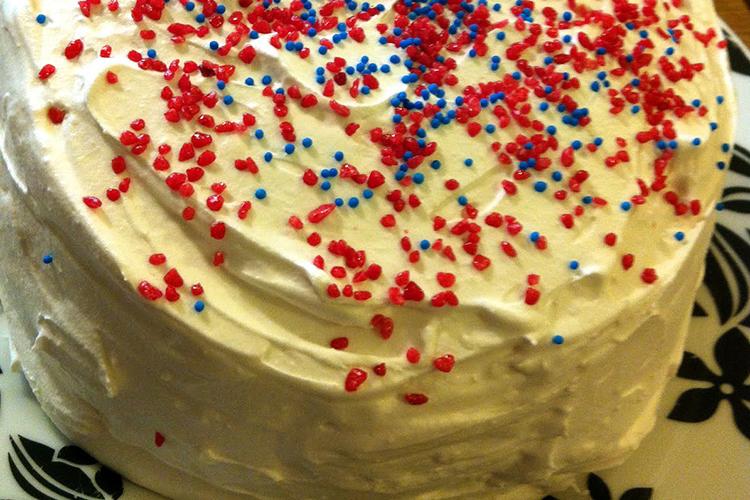 Tårta täckt med grädde och strössel