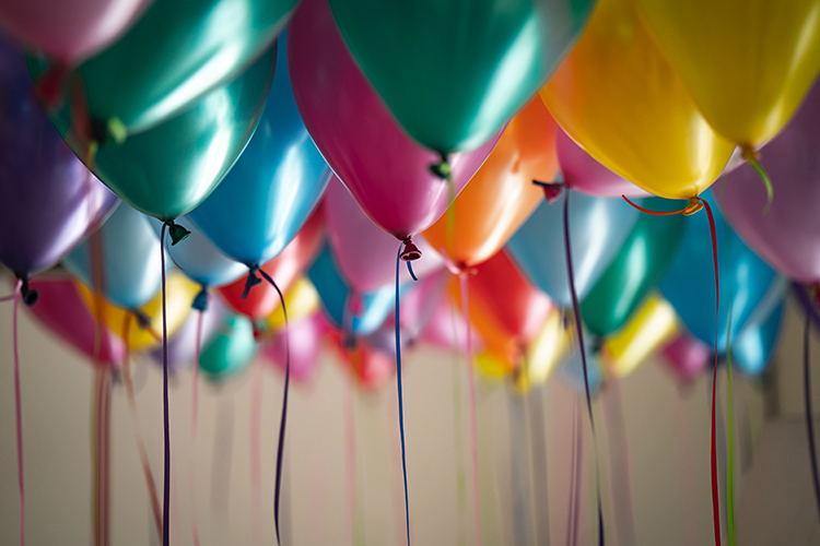 Ballonger i olika färger med snören