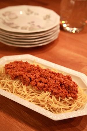Spagetti på fat med färssås ovanpå