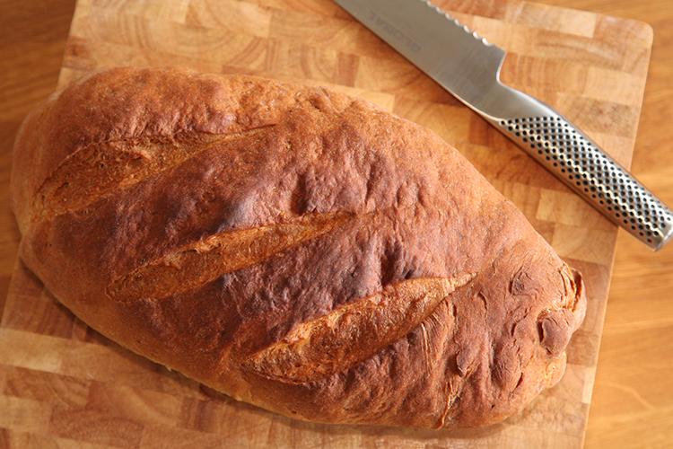 Limpa på en skärbräda, en brödkniv ovanför