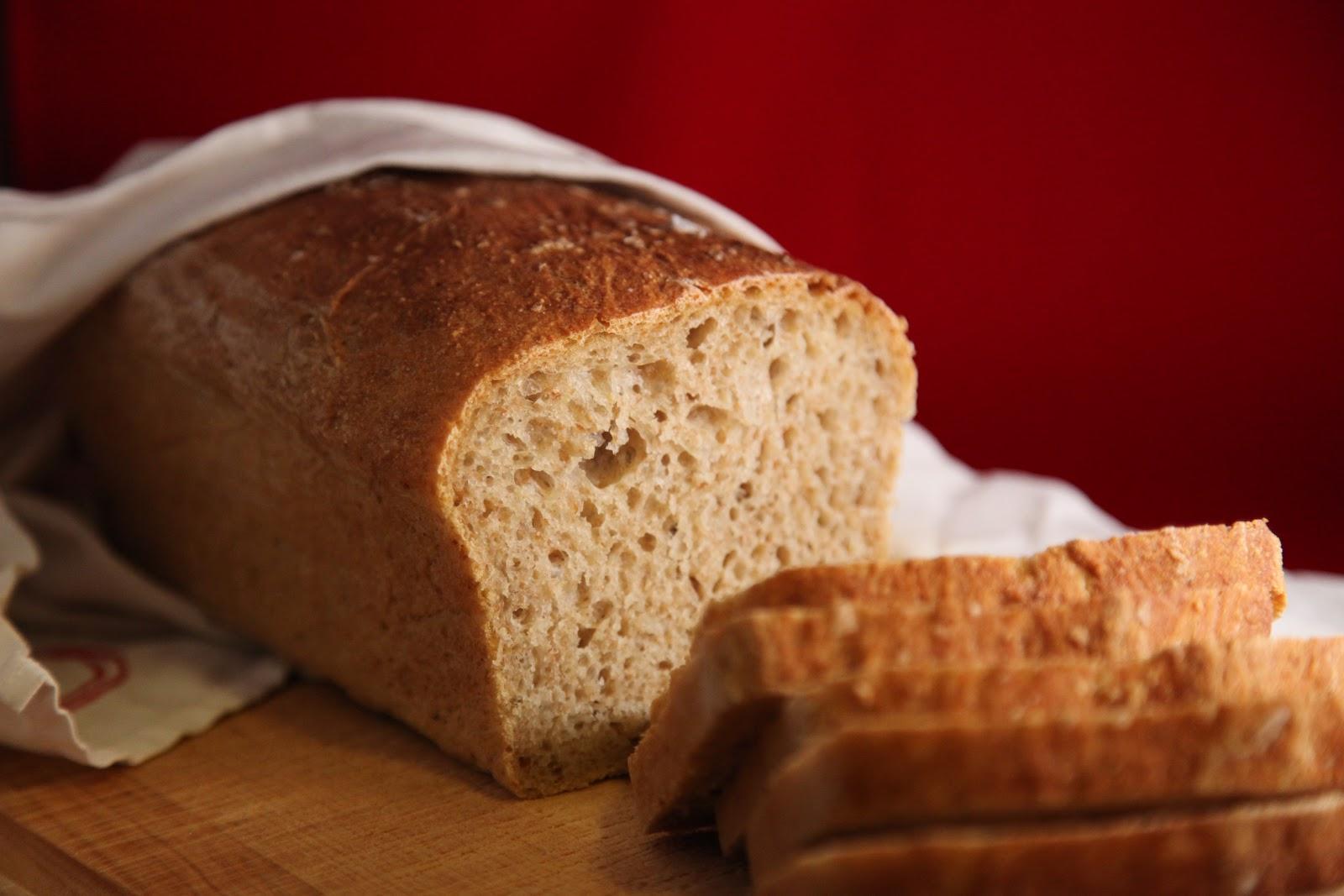 Ett bröd på skärbräda