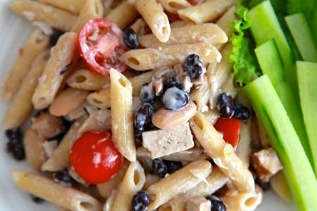 Gräddig pasta med tomater och färsk gurka vid sidan