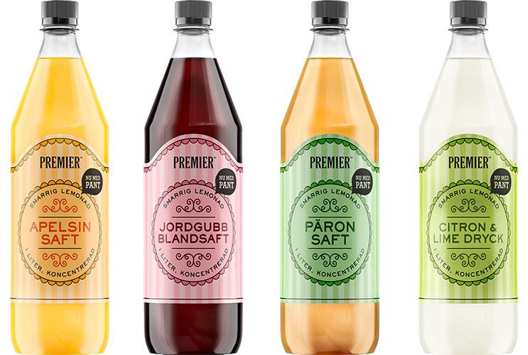 Bild på fyra saftflaskor i plast bredvid varandra i färgerna gul, vinröd, orange och genomskinlig.