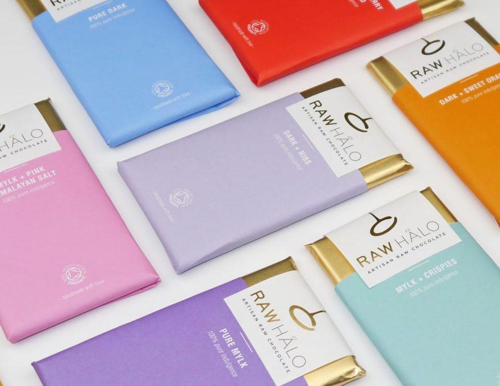 Flera chokladkakor ligger uppradade intill varandra i olika färger