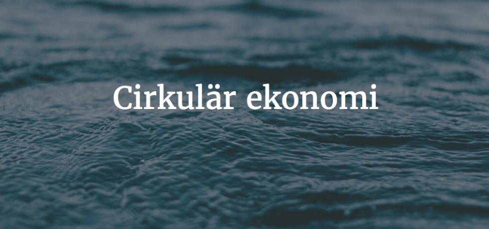 Bild på havsyta med texten Cirkulär ekonomi i vitt skrivet i mitten.