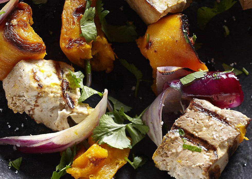 Tofu i tärningar tillsammans med grillade grönsaker