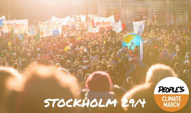 Bild på en folkmassa, tonad bild med texten STOCKHOLM 29/4 i vitt nedtill