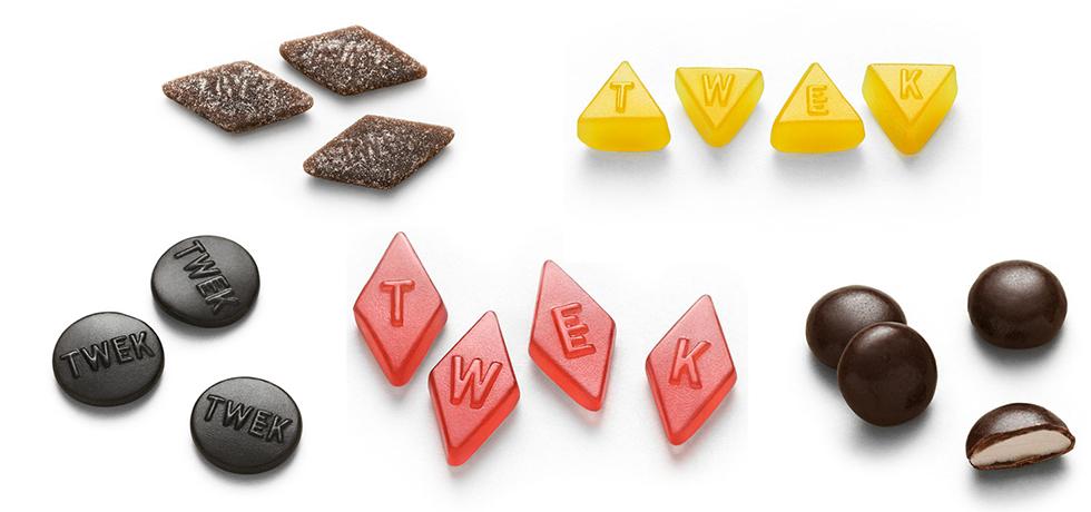 Lösgodisbitar i olika färger, svart, brunt, rött och gult